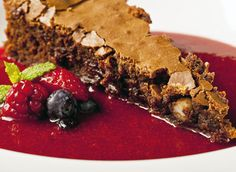 Bolo cremoso de chocolate e sopa de frutas vermelhas