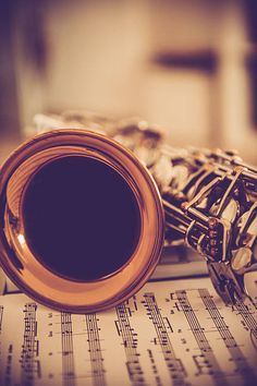 Close-up of Альт-саксофон на музыки лист, коричневых тонах стоковое фото