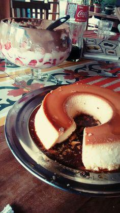 Pudim de leite e torta de morango na taça.