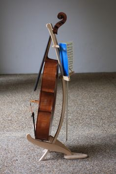 Cello one side, music the other. It's a lovely concept and I'm surprised I can't find any other examples. Cello Stand, Music Stand, Wood Furniture, Furniture Design, Beauty Chair, Bath Stool, Steam Bending Wood, How To Bend Wood, Cello Music