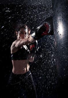 Young woman boxing at the punching bag - Healty fitness home cleaning Jiu Jitsu, Gym Aesthetic, Combat Boxe, Female Boxers, Kickboxing Workout, Kickboxing Women, Martial Arts Workout, Martial Arts Women, Women Boxing