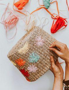 Diy raffia embroidered straw bag glam crochet bags pattern ideas for 2020 Diy Craft Projects, Diy And Crafts, Decor Crafts, Garden Projects, Garden Ideas, Diy Y Manualidades, Diy Halloween Decorations, Handmade Bags, Diy Fashion