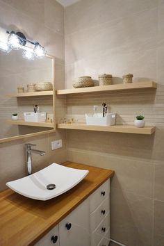 Salle de bains blanche et bois dans un appartement à Orsay, par l'agence d'architecture d'intérieur ADC l'atelier d'à côté