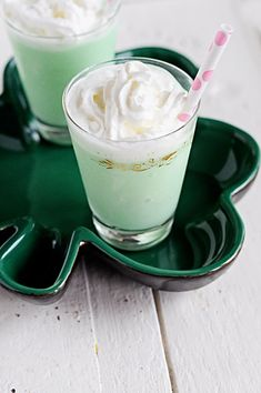 Cocktail recipe for a Mint Chocolate Baileys Milkshake made with Baileys Irish Cream Chocolate Mint ice-cream Grasshopper Cocktail Recipes, Chocolate Baileys, Mint Chocolate, Chocolate Recipes, Green Cocktails, Sparkling Sangria, Baileys Milkshake, Milkshakes, Saint Patrick