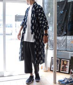 Foto Fashion, Kimono Fashion, Mens Fashion, Fashion Outfits, Male Kimono, Kimono Jacket, Orientation Outfit, Stylish Older Women, Modern Kimono