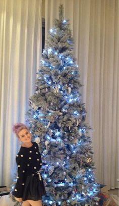 Now either Perrie is tiny or that's one HUGE tree! Pic posted via Zayn (: