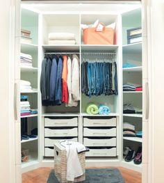Closet com formato hexagonal para aproveitar o espaço.