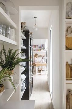 〚 Cozy designer's home in Barcelona 〛 ◾ Photos ◾ Ideas ◾ Design #corridor #white #warm #spanish #interior #design #homedecor #home #decor #interiordesign #idea #inspiration #cozy #living #space #style Barcelona Apartment, Ikea, Dream Beach Houses, My Ideal Home, Famous Architects, Marble Fireplaces, Patio, Tiny Living, Living Room