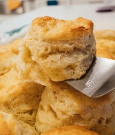 Joanna Gaines' Biscuits You'll want these biscuits on your breakfast table! They're so fluffy, buttery, and incredibly tender. You won't be able to just eat one! Fluffy Biscuits, Buttery Biscuits, Buttermilk Biscuits, Homemade Biscuits Recipe, Biscuit Recipe, No Sodium Foods, Fast Food Places, Sausage Gravy, Breakfast Recipes