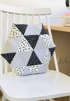 Viernesss!!! Y hoy Mireianos enseña su cojín hexagonal al estilo patchwork hecho todo con triángulos! Ha elegido telas de la colección SNAP TO GRID que tienen un rollo super ochentero y molón, con tonos, black, gray, ivory y white. ¿A que mola? Para realizar el cojín me he guiado de un tutorial paso a paso …