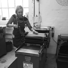 Isabel Zarth printing with a Vandercook SP15 press today at the @londonbookarts #learningnewskills #letterpress #letterpressprinting #printing #stationary