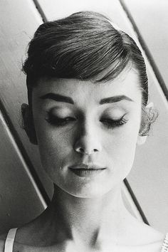 vintage everyday: Audrey Hepburn in hair test shots for 'War and Peace', 1955 Frases Audrey Hepburn, Audrey Hepburn Bangs, Aubrey Hepburn, Hair Test, Leighton Meester, Jolie Photo, Classic Beauty, Classic Gold, Old Hollywood