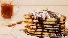 Pancakes-urile sunt clatite americane pufoase, moi si foarte fragede. Aceasta reteta de pancakes este una din cele mai reusite, se fac simplu si rezultatul este excelent. De obicei clatitele americane se servesc cu o bucatica de unt deasupra(cand pancakes-urile sunt inca calde), putina miere, sirop de artar, sos de ciocolata sau dulceata preferata. Dupa veti vedea si in VIDEO, un mare plus a acestor clatite este ca se coc fara ulei, doar un pic unsa tigaia la inceput, la prima clatita. Sunt ... Pancakes, Breakfast, Food, Morning Coffee, Essen, Pancake, Meals, Yemek, Eten