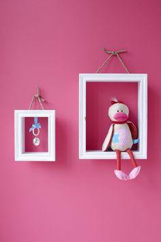 Leuk idee om lijstjes op de muur te hangen met decoratie