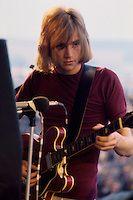 CLMBT-007-Justin Hayward tuning up 2-AR2to3-20140301.jpg | CameronLife Photo Library