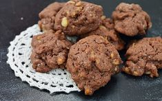 Fursecuri cu nuca si cacao este o reteta rapida de biscuiti deliciosi, gata in 20 de minute! Foarte usor de preparat si au un mare succes. Sweet Cooking, Deserts, Cookies, Food, Projects, Crack Crackers, Log Projects, Blue Prints, Biscuits