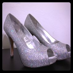 Silver Sparkly Heel Size 6.5 Sparkly silver heel great for a dance or wedding Worthington Shoes Heels