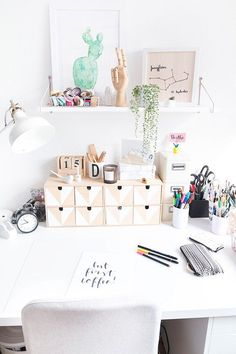 Screen pedestal made of wood- Bildschirm Podest aus Holz Set up a study with DIY decoration Cheap Home Decor, Diy Home Decor, Diy Bureau, Scandinavian Desk, Diy Casa, Diy Tumblr, Decoration Bedroom, Room Decor, Tumblr Rooms