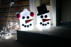 light up outdoor snowmen - a great craft that you can do with your kids!