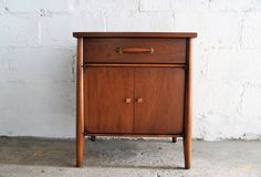 Mid Century Modern Walnut Nightstand by Heritage Henredon, Circa Series Mid Century Modern Furniture, Wooden Handles, Industrial Furniture, Cabinet Doors, Nightstand, Mid-century Modern, Traditional, Table, Etsy