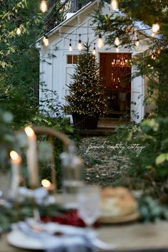 You actually belong to those groups individuals who rarely care about glamour as well as over-the-top designs for your house, then this is definitely your current cup of joe. Look at this content to get 40 diy home decor ideas on budget. Outdoor Christmas Decorations, Holiday Tables, Diy Christmas Home Decor, Cottage Christmas Decorating, French Christmas Decor, Christmas Tables, Christmas Crafts, Table Decorations, Shabby Chic Christmas