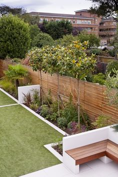 contemporary garden design Garden edging is a fixed material that functions as a crisp border between beds and other areas. Various stylish garden edging ideas are available Flower Bed Edging, Garden Edging, Terrace Garden, Garden Spaces, Flower Beds, Back Gardens, Small Gardens, Outdoor Gardens, Jardin Decor