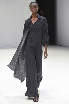 See all the Collection photos from Chalayan Spring/Summer 2018 Ready-To-Wear now on British Vogue Fashion 2018, Fashion Week, Modest Fashion, Fashion Spring, Hussein Chalayan, Models Backstage, Fashion Show Collection, Ao Dai, Spring Summer 2018