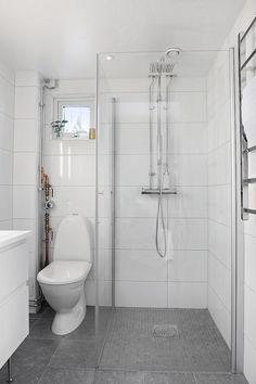 Fantastiskt minihus till salu – panoramafönster & studiokänsla - My home Small Bathroom With Shower, Bathroom Design Small, Simple Bathroom, Bathroom Interior Design, Modern Bathroom, Wet Room Bathroom, Bathroom Layout, Bathroom Styling, Bathroom Inspiration