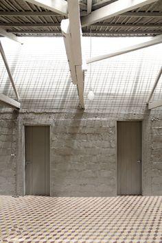 Ladrillos, bloques y otros elementos abandonados y parches / al bordE
