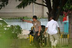 Die Lage ist unübersichtlich, Polizisten suchen nach den Attentätern.