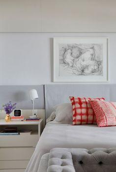 Apartamento capta luz natural e paisagem verde para dentro do living