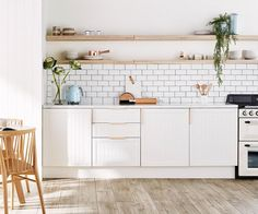 Flat pack kitchen inspiration Planning a kitchen renovation? Take the pressure off yourself (and your budget) by opting for a flatpack kitchen. Flatpack kitchens can be completely customised to suit your style. Here a three designs to inspire. Cheap Kitchen, Kitchen On A Budget, Home Decor Kitchen, Diy Kitchen, Kitchen Interior, Home Kitchens, Kitchen Ideas, Nordic Kitchen, Galley Kitchens