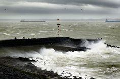 zware wind die het water tegen de kant blaast