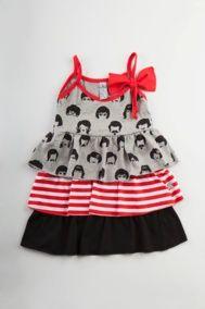 Vestido niña Pelucas Volantes de tirantes con detalle de lazo en el tirante y volantes en el bajo con mezcla de estampados de pelucas, rayas y liso. 100% algodón. $30.50 Euros.