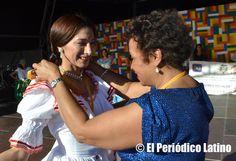 """Correspondió a la dirigente dominicana y candidata al Parlament de Cataluña Reyna Sosa hacer entrega de la medalla de reconocimiento a una de las mas destacadas colaboradoras de ACEDICAR. La Asociación ACEDICAR como cada año presentó a los mejores artistas ecuatorianos y latinos en tarima durante la Muestra de Asociaciones organizado por el Ajuntamet de Barcelona y que llevó este año lema de """" Ecuador, entre ilusiones y fantasías"""". El evento se enmarca dentro de las actividades de las…"""