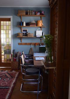 Vägghyllan äntligen uppsatt i mitt arbetsrum/hemmakontor