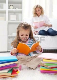 Modelar el hábito de la lectura en los niños - la enseñanza con el ejemplo Foto de archivo - 12505681