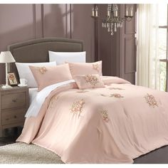 Complement feminine decor in your master suite or refresh the guest room in country-chic style with this lovely comforter set, showcasing a floral design.