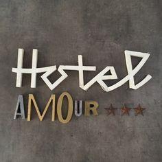Hôtel Amour ***, composition d'anciennes lettres d'enseignes et d'étoiles