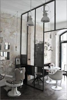 salon de coiffure vintage industriel blanc, chaise et table tulipe - tulip chair and table hair dresser saloon