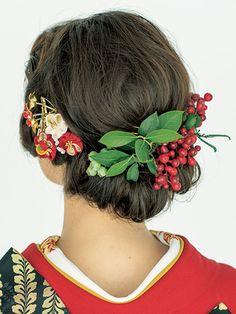和装 赤 ヘア ナンテンの実 Subtle Makeup, Dramatic Makeup, Bridal Makeup, Bridal Hair, Messy Hairstyles, Wedding Hairstyles, Geisha Hair, Japanese Wedding, Hair Arrange