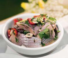 Asiatisk sill med hetta är en ny och spännande sillinläggning. Smaker av vitlök, chili, ingefära och koriander ger sillen extra smak. Passar utmärkt på buffé.