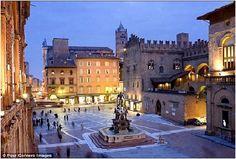Statua Nettuno e parte di Piazza Maggiore con Palazzo del Podestà e Palazzo Re Enzo