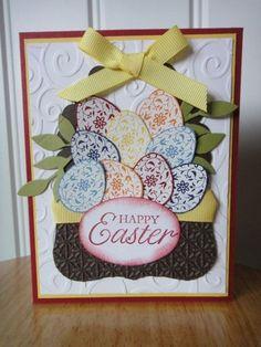 une carte de Pâques élégante décorée d'oeufs de Pâques en papier