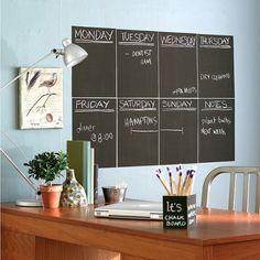 Küchenwände blau gestrichen-schwarze Tafel mit Wochenplan-Highlight