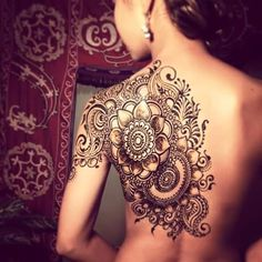 Shoulder and back flower and swirls henna
