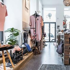 (c) Dieter Sajovic / Die Abbilderei Second Hand Hamburg, Second Hand Shop, Second Hand Clothes, Second Hand Fashion, Mode Shop, Lippizaner, New Shop, Mode Inspiration, Casual Styles