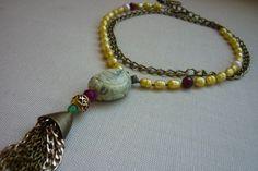 collar largo o pegado al cuello, elaborado con perlas amarillas y nacar, turquesa tallada, agatas color frambuesa y oro viejo.