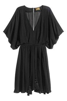 Robe en mousseline: Robe de longueur genou en crêpe de mousseline vaporeuse. Modèle à encolure en V avec manches courtes et amples. Ouverture surmontée d'un bouton habillé en haut du dos et fermeture à glissière dissimulée au-dessous. Découpe à la taille avec ceinture à nouer amovible. Jupe corolle. Fond de robe en satin avec bretelles fines.