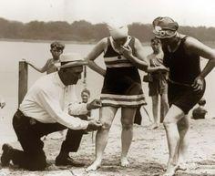 Het meten van badpakken. Wanneer ze te kort waren, kregen de vrouwen een boete, 1920